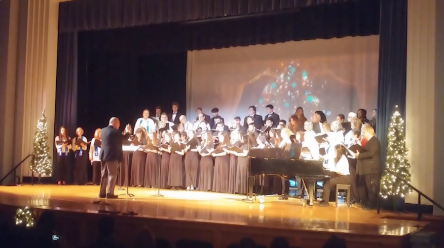 The+Eagle+Singers+and+Taft+Choir+Alumni+share+a+stage+to+sing+%22White+Christmas%22.