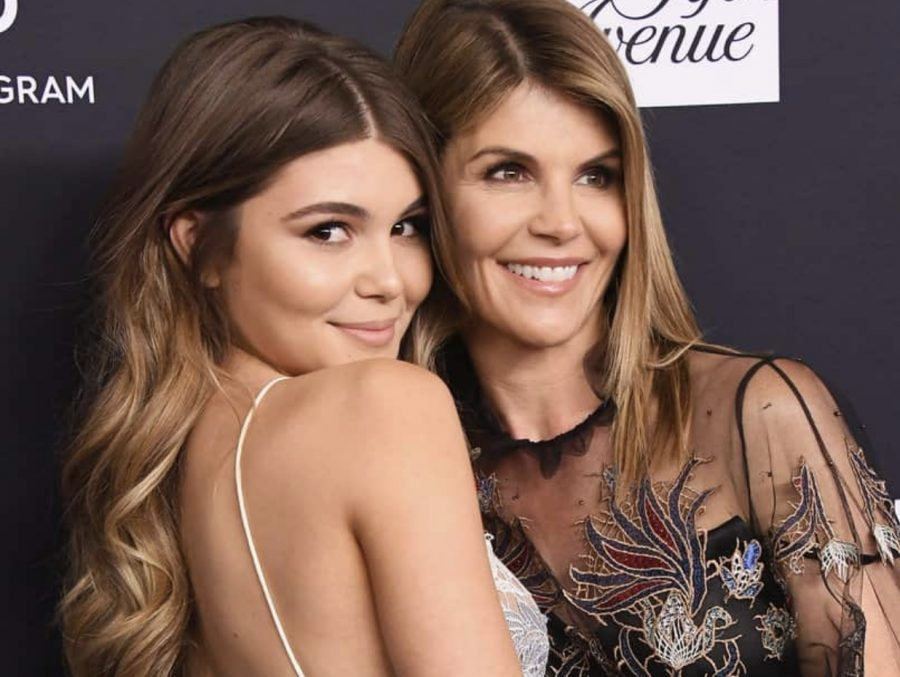 Olivia+Jade+and+her+mother+Lori+Loughlin+at+a+red+carpet+event+prior+to+the+scandal.